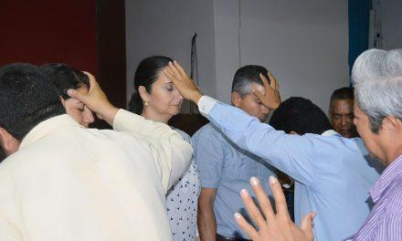 Alejandro Mancilla tras la ayuda divina, se reúne con congregación de cristianos
