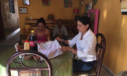 Visita Solidaridad Vianey Chapula en su arranque de campaña; la invitan a desayunar los vecinos