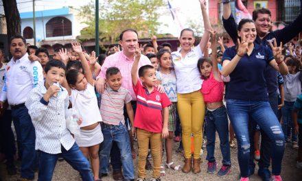 Insúa se reunió con familias de las colonias Nuevo Milenio e Insurgentes