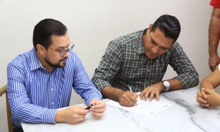 Ante notario público Héctor Magaña firma compromiso de reducirse el sueldo