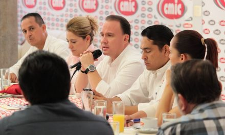 Se compromete Héctor Insúa con constructores a transparentar licitaciones