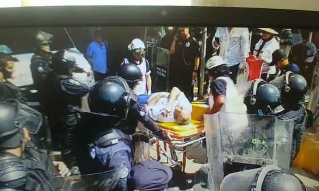 Elementos de la Policía Federal, empujan, golpean y bloquean la caseta de Cuyutlán