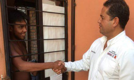 Carlos César Farías recorre la colonia Gustavo Vázquez y hace compromisos con los vecinos