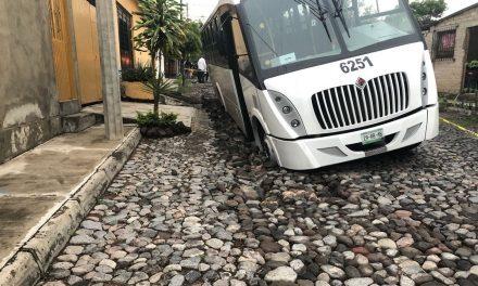 Reporta Protección Civil Estatal hundimiento en la colonia Lázaro Cárdenas; Resultan tres vehículos dañados