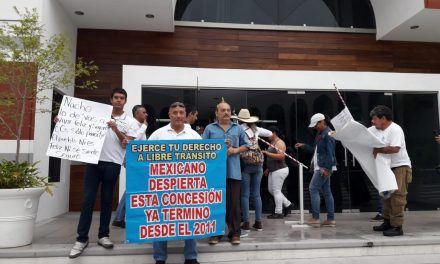 Se reúnen manifestantes que están en contra de la caseta de Cuyutlán, con diputados.