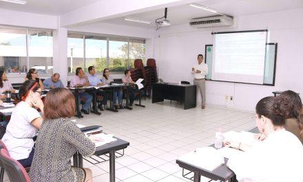 Hiroshi Ootagaki imparte el curso Interpretación de la Norma ISO 9001, a los diez nuevos auditores internos de la casa de estudios