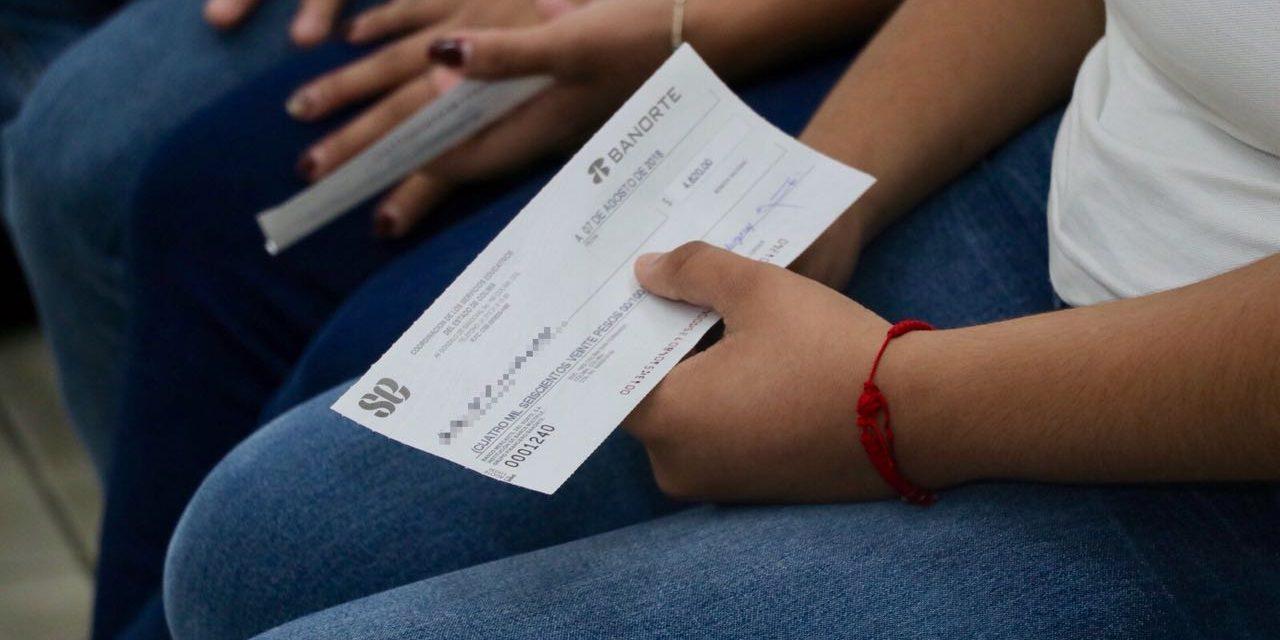 Gobernador Peralta Sánchez entrega becasa estudiantes del Isenco