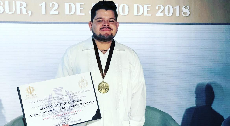 Universitario recibe presea por  trayectoria en Derechos Humanos