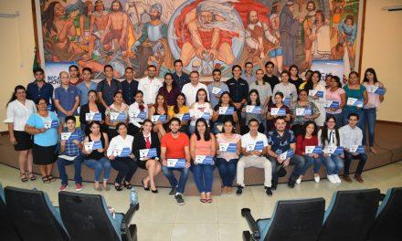 Héctor Insúa entrega becas de Movilidad y Titulación a 50 estudiantes capitalinos