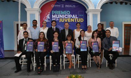 Héctor Insúa entregó premios municipales a jóvenes de Colima
