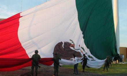 Izamiento de la Bandera monumental en el Complejo Administrativo