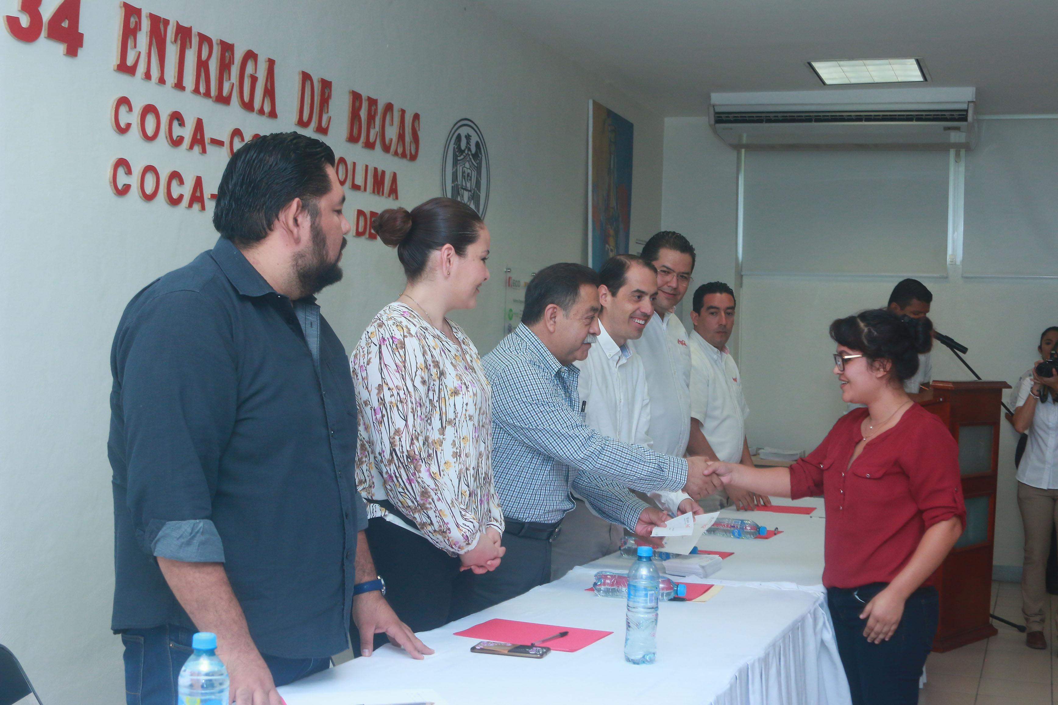 Entregan Universidad de Colima y Embotelladora  Coca -Cola 200 becas a estudiantes