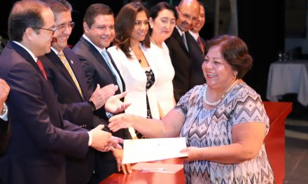 Entregan 320 títulos y, por primera vez, cédulas electrónicas en la Universidad de Colima