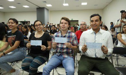 Reciben universitarios becas de movilidad  del gobierno estatal por casi 3 millones de pesos