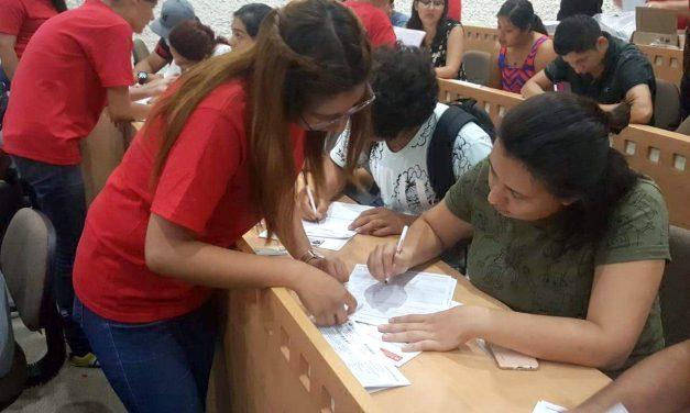 Entregan nuevas credenciales  a estudiantes, en Tecomán