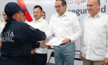 Se certifican más de  700 policías de Colima