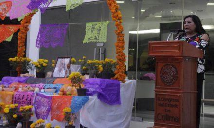 Montan altar de muertos en honor a Rafael Tortajada, afuera del Congreso estatal