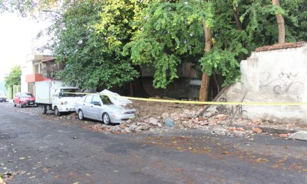 Colapsa barda por la calle Gabino Barreda; ocasiona daños a tres vehículos