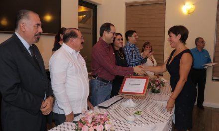 Entrega Gobernador reconocimientos a médicos altruistas