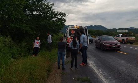 Protección Civil atiende a dos personas accidentadas en motocicleta