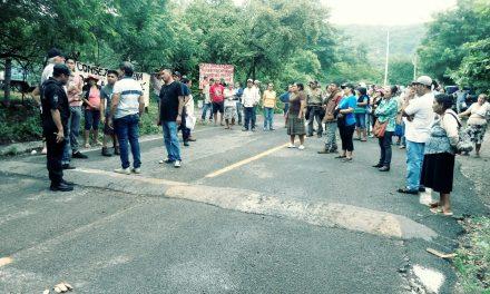Comuneros de Zacualpan bloquean la carretera para evitar que se realice asamblea electoral