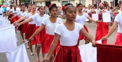 "Desfile en Villa de Álvarez, a las 9 AM, por Av. Manuel Álvarez, de ""la División"" a la calle Carmen Serdán"