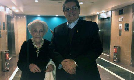 Saluda rector a Ida Vitale, autora galardonada en la FIL