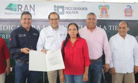 Entrega Nacho Peralta títulos de propiedad y certificados parcelarios