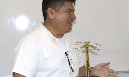 """Recibe profesor universitario Premio  """"Palmera de oro"""", de la AMDETUR"""