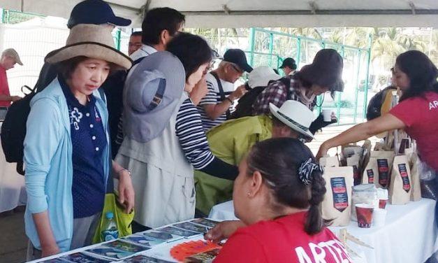 Artesanos exponen productos a pasajeros del Crucero Peace Boat