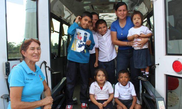 Entrega alcalde de Coquimatlán vehículo al Centro de Atención Múltiple