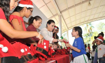 Ofrecen estudiantes posada  a niños de casas hogares