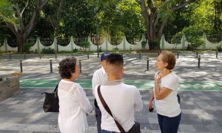 MAESTROS PROTESTAN ANTE EL CONGRESO  POR ELIMINACIÓN DE SERVICIOS MÉDICOS