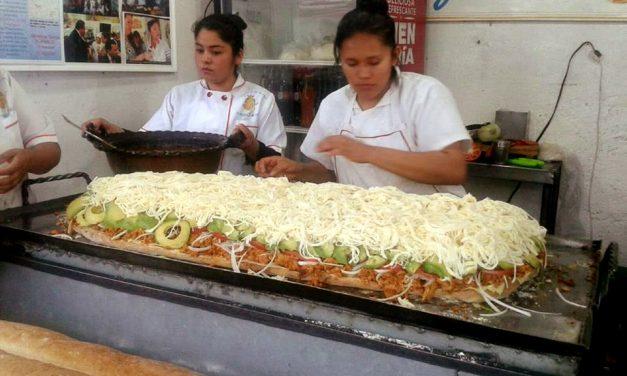 SE PREPARÓ EN CUAUHTÉMOC LA MEGA TORTA NAVIDEÑA; IMPUSO RÉCORD DE LONGITUD.