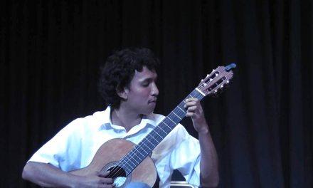 Proponen alumno cómo ejecutar música  renacentista en guitarra clásica