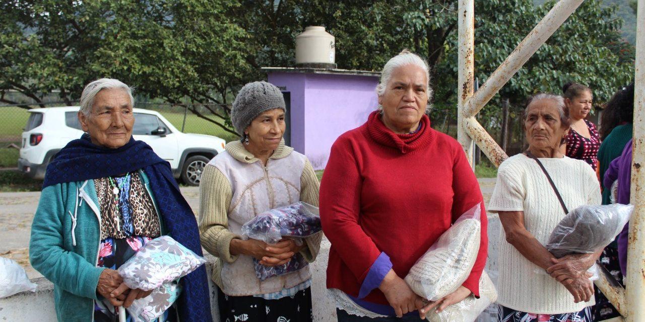IAAP entrega de prendas abrigadoras en Minatitlán