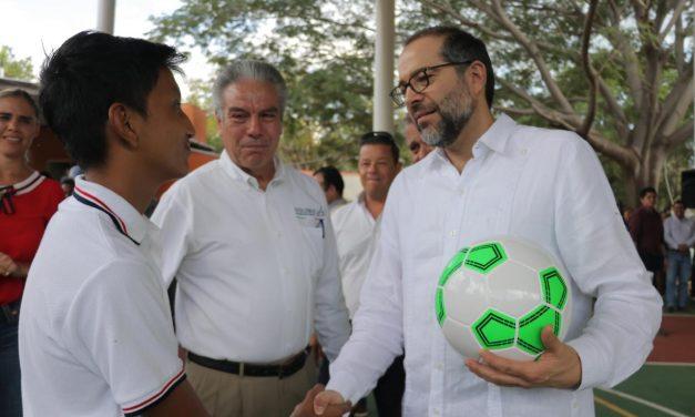 Gobernador entrega rehabilitación de jardín, cubierta en cancha, empedrados; además de una ambulancia, en Zacualpan