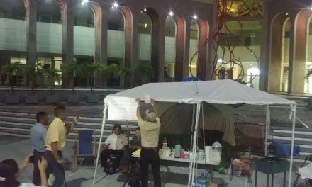 Se disculpan manifestantes con diputados; retiraron anoche sus imágenes de la protesta