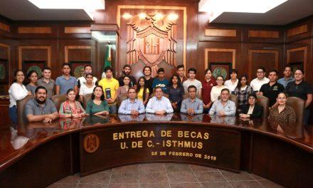 Entregan becas ISTHMUS – UdeC a estudiantes de Arquitectura