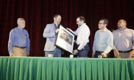 Entrega Gobernador reconocimiento  al escritor Juan Villoro