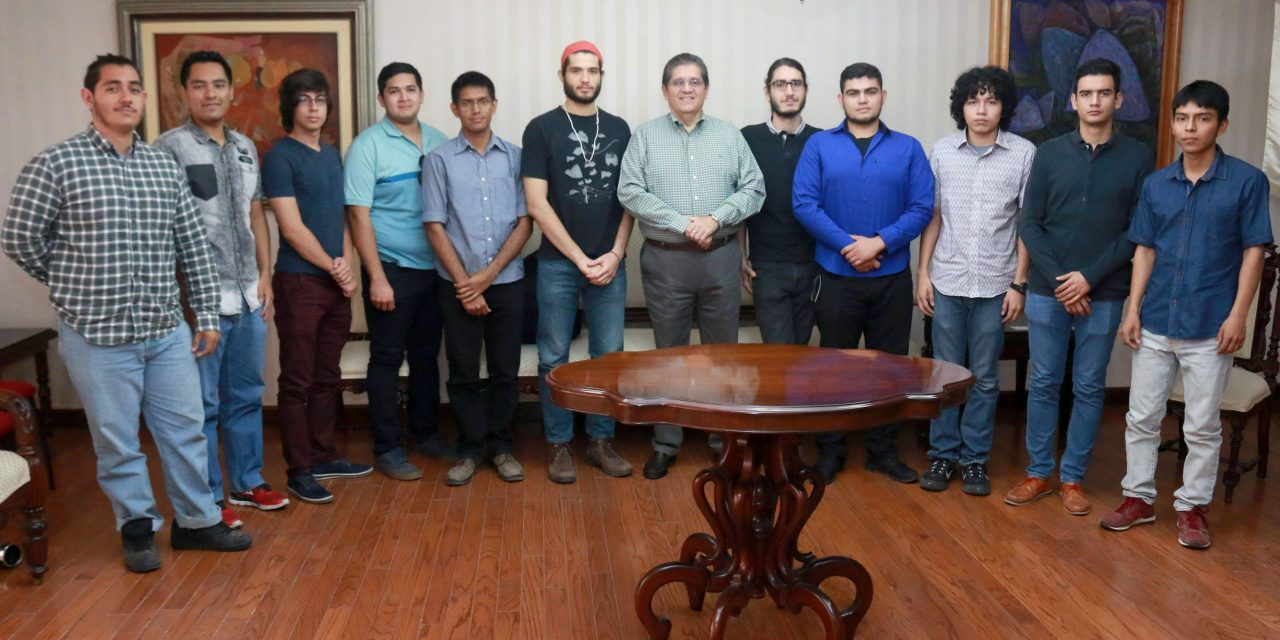 Visitan a rector alumnos ganadores  de concurso internacional de Física