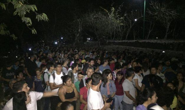 Participan más de 1 mil 300 colimenses en caminata nocturna de La Campana