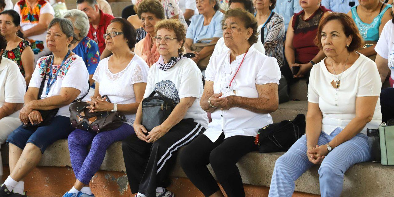 """Presentan con éxito """"Sólo una mujer"""", ante 250 personas de la tercera edad"""