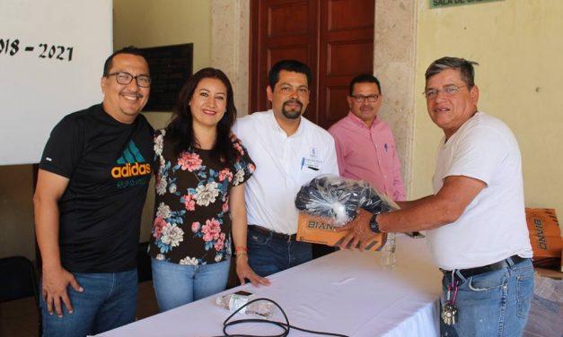 Entrega alcalde de Coquimatlán uniformes a personal de servicios públicos
