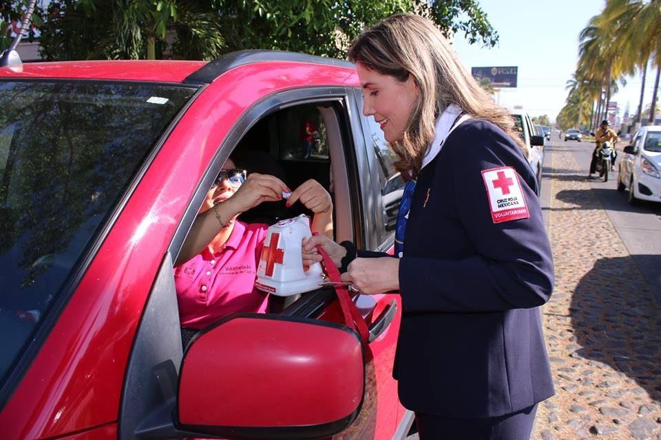 Encabeza titular del DIF Estatal boteo a favor de la Cruz Roja