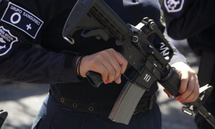 Lesionan a mujer, en enfrentamiento entre policías y civiles; hay 5 detenidos