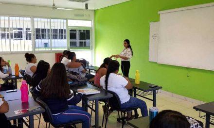 Enseña alumna a otros estudiantes cómo organizar sus gastos, en Tecomán