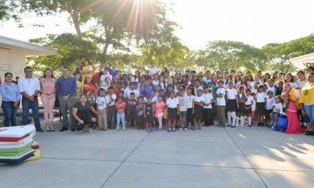 Festejan alumnos del Bachillerato 33 a niños de albergue cañero