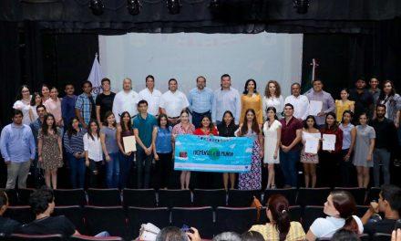 Gobernador apoya a jóvenes para estudiar en el extranjero