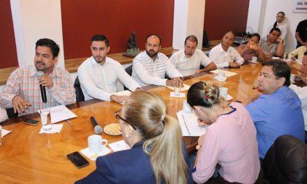 A puerta cerrada se reúnen diputados con el director general del Registro Civil del Estado